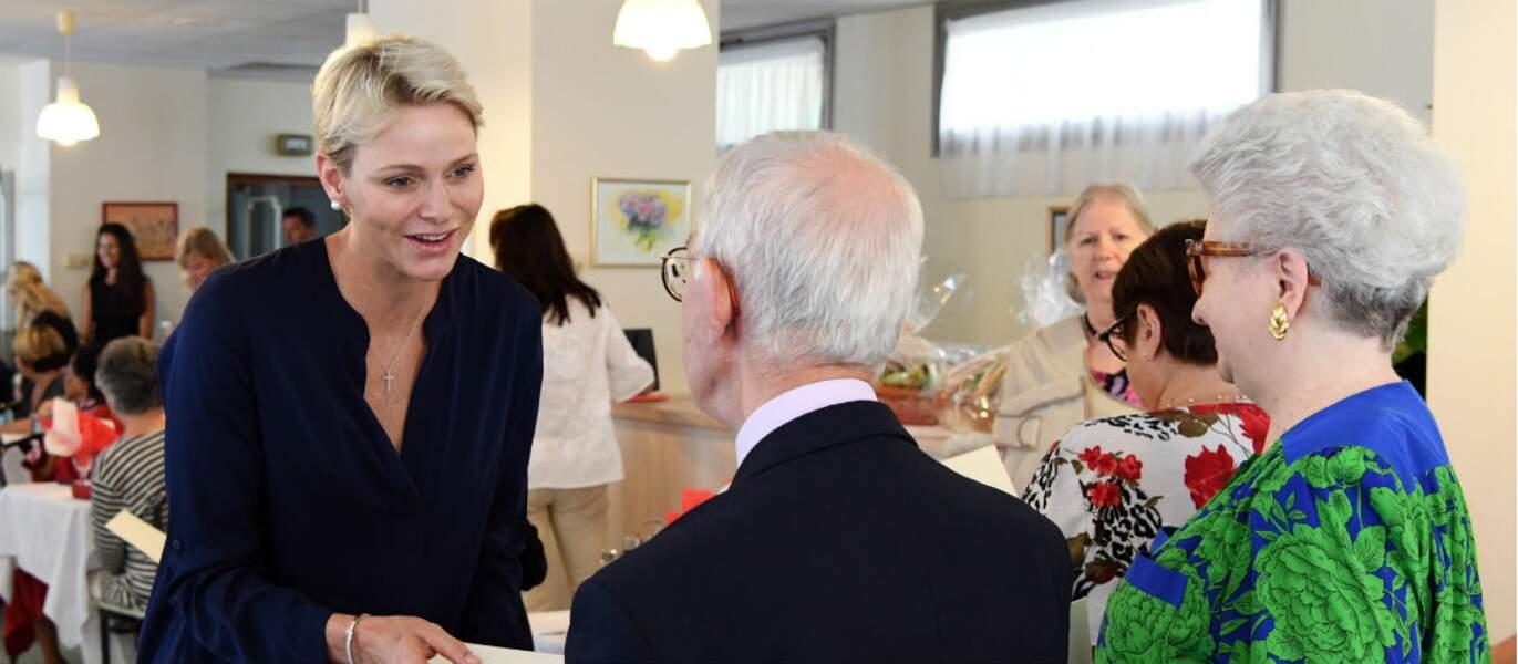 Charlène, make-up naturel et cheveux courts blond, très souriante à la fondation Otto
