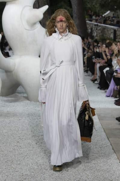 Une robe longue fluide blanche dont chaque détail compte