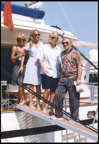 Charles Aznavour avec sa femme Ulla et ses filles Seda et Katia, en 1993.