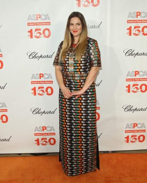 Le même soir, Drew Barrymore elle aussi adopte les motifs chamarrés de la silhouette Tory Burch