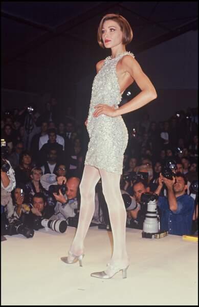 Carla Bruni et son carré court châtain sur le défilé Claude Montana en 1991 à Paris