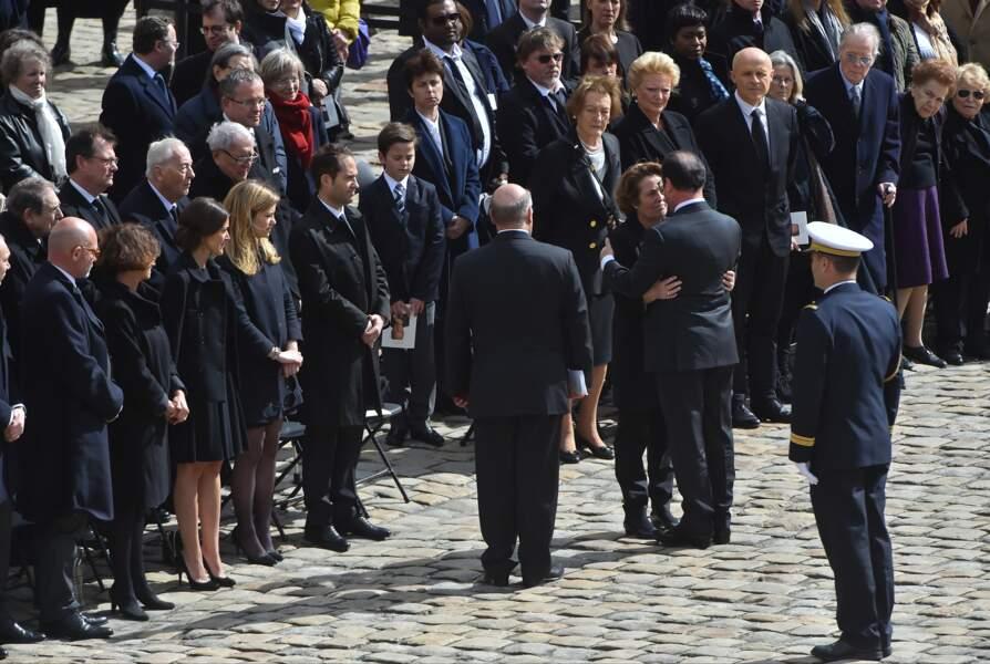 François Hollande enlace Micheline Pelletier, la veuve d'Alain Decaux