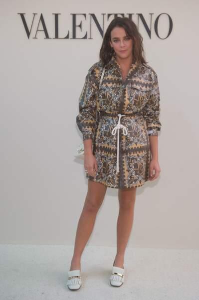 Un look printanier à motifs pour Pauline Ducruet au photocall Valentino à la Fashion Week de Paris.