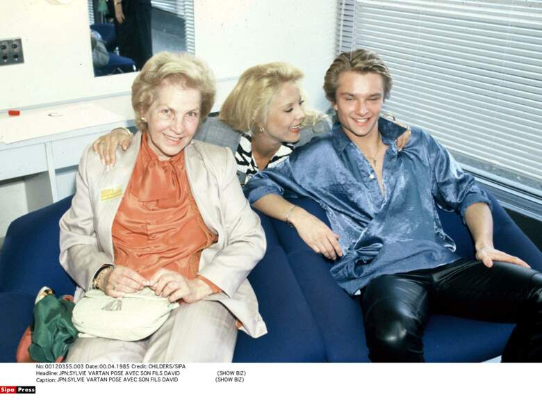 1985. Sylvie Vartan entre sa mère et son fils David
