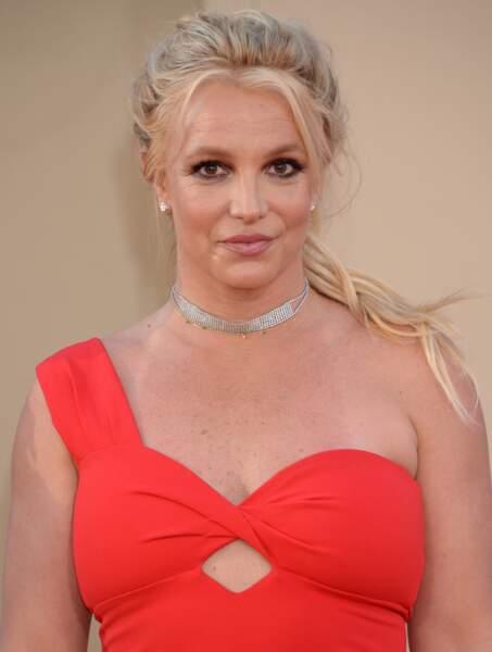 La chanteuse est apparue très élégante dans sa robe rouge asymétrique