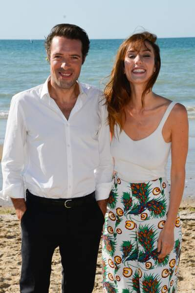 Le couple star de Monsieur et Madame Adelman pose sur la plage de Cabourg