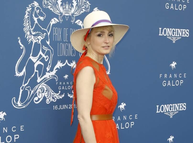 Teint sans brillances pour Julie Gayet