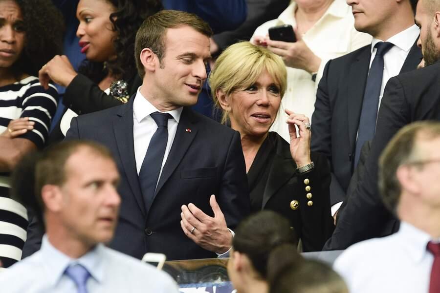 Le couple Macron tout sourire et amoureux à la finale de la Coupe de France