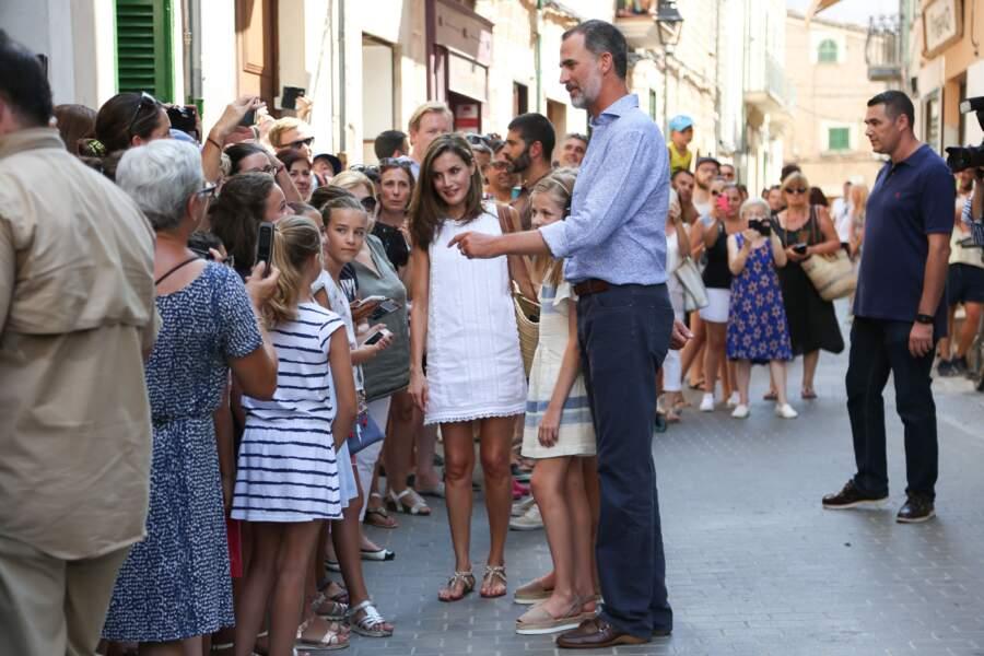 Letizia d'Espagne, son époux Felipe et leurs filles les princesses Leonor et Sofia dans les rues de Soller