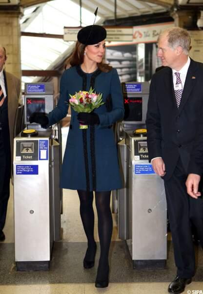 La duchesse de Cambridge composte à son tour son ticket