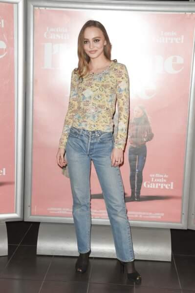 """Lily-Rose Depp affiche un style décontracté lors de l'avant-première du film """"L'Homme fidèle"""" le 17 décembre."""