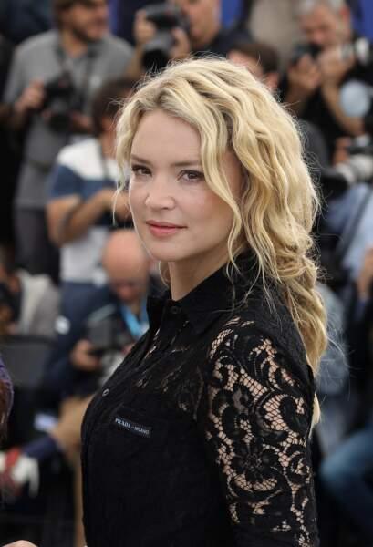 """Virginie Efira et son chignon flou  au photocall de """"Sybil"""" lors du 72ème Festival International du Film de Cannes"""