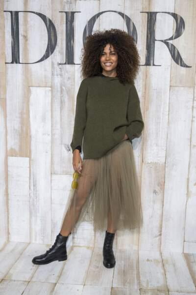 Comme Tina Kunakey, ici lors du photocall Dior, on ose la jupe longue sous un pull oversized.
