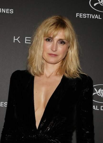 Julie Gayet avait opté pour une robe longue noire avec un décolleté vertigineux, signée Yves Saint Laurent.