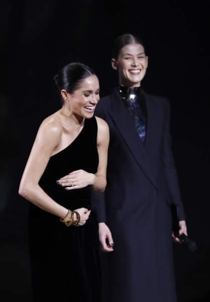 Meghan Markle enceinte éclate de rire durant les Fashion Awards 2018 en partenariat avec Swarovski. Touchant !