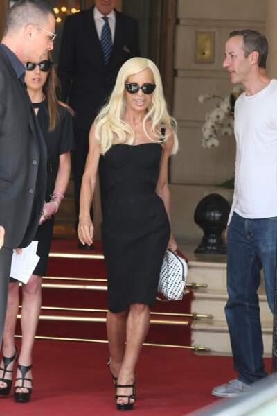 Dans son élément, Donatella Versace ondule à la sortie du Ritz