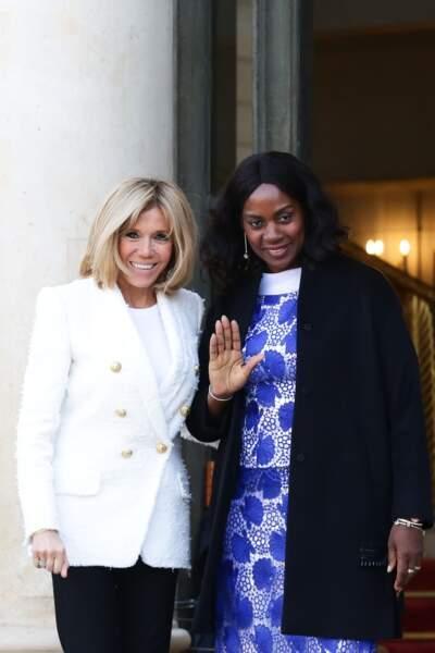 Brigitte Macron raccompagne Clar Weah, la femme du président du Libéria, après un déjeuner de travail
