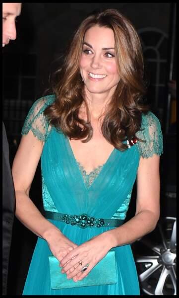 Kate Middleton magnifique dans sa robe de soirée et les cheveux lâchés