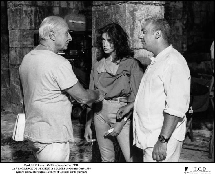 """Coluche et le réalisateur Claude Zidi échangent sur le tournage du film """"La vengeance du serpent à plumes"""""""