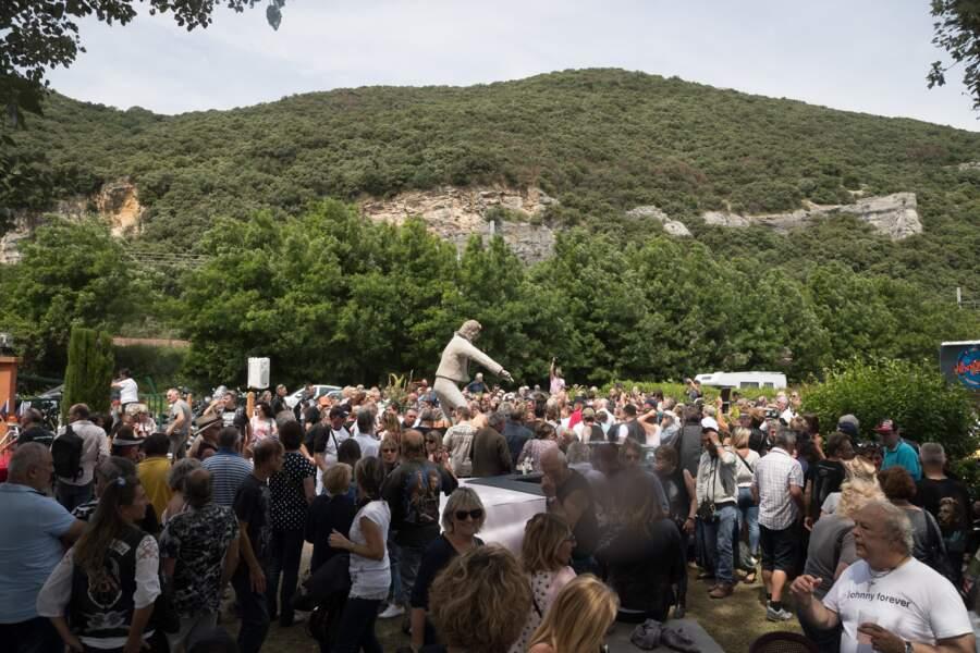 La foule face à la statue de Johnny Hallyday
