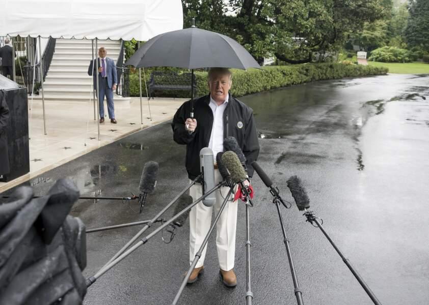 Donald Trump sous son parapluie à Washington