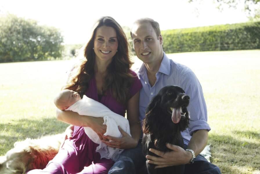 William et Kate posent dans leur jardin avec le prince George et leurs chiens Lupo et Tilly, le 19 août 2013