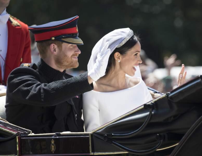 De jeunes mariés radieux...