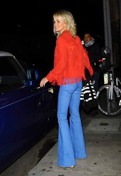 Laeticia Hallyday en veste à franges Saint Laurent dans les rues de Santa Monica le 25 février 2015