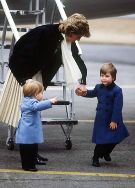 La princesse Diana et ses fils les princes William et Harry arrivent à l'aéroport d'Aberdeen, en 1986