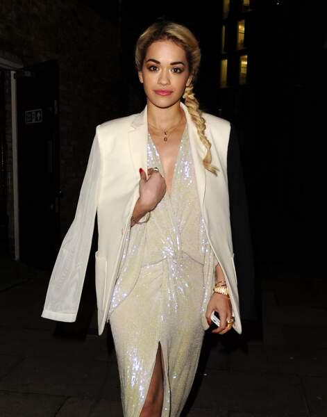 La tresse de côté de Rita Ora