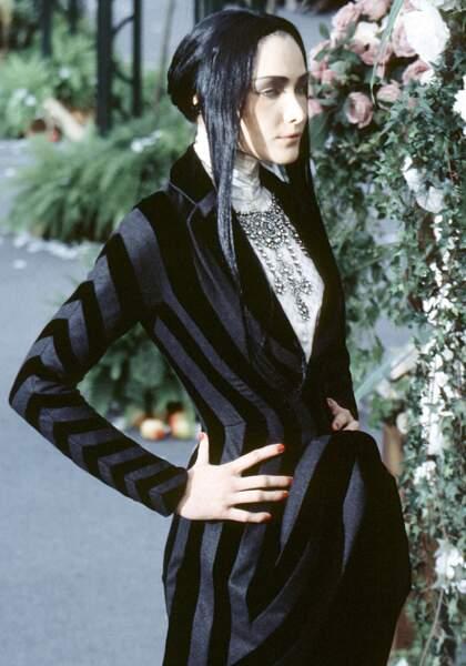 Sur le podium du défilé Dior Haute Couture en 1997 à Paris, dans un look rayé très graphique
