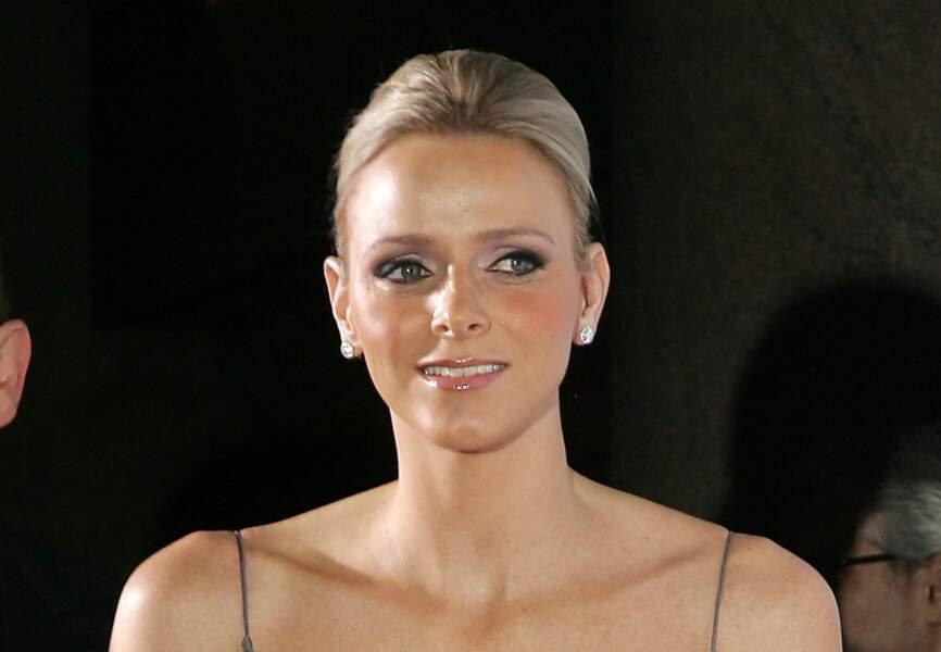 Charlène de Monaco ourle son regard azur d'un trait de khôl noir profond