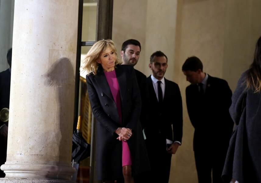 Brigitte Macron dans une jolie robe fuchsia sur le perron du palais de l'Elysée