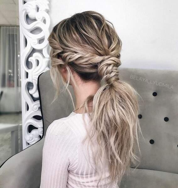 Cette coiffure pourrait servir à un mariage : deux grosses nattes de chaque côté servent à nouer la queue