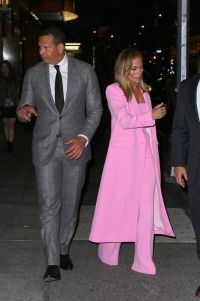 Le costume de Jennifer Lopez est signé Alex Perry, il est issu de la collection Resort 2020