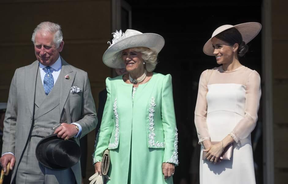Meghan, radieuse auprès de Charles et de Camilla lors de la garden party à Buckingham, le 22 mai 2018