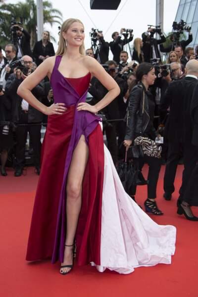 Toni Garrn a fait sensation dans sa robe longue signée Ralph & Russo