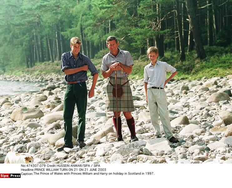 Le prince William avec le prince Charles et le prince Harry en vacances en Ecosse en 1997