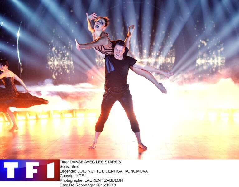 """Loïc Nottet et sa partenaire Denitsa Ikonomova, sur le plateau de """"Danse avec les Stars"""", en 2015"""
