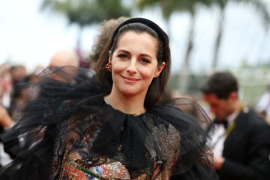 Amira Casar, et son carré très classique, orné d'un serre-tête en velours, à Cannes le 14 mai 2019