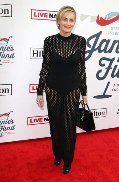 Sharon Stone très élégante avec un carré coiffé sur le côté