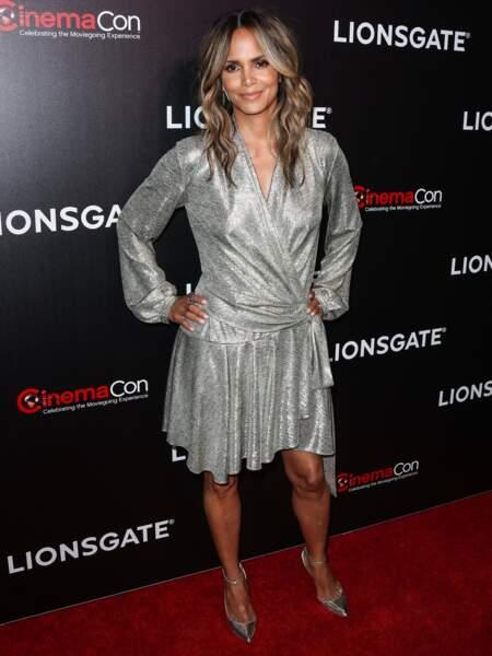 La comédienne a assorti sa robe métallique avec des escarpins eux aussi argentés