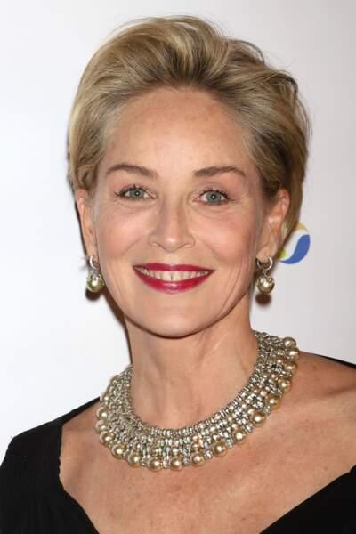 Sharon Stone peut se permettre un court moderne avec son ovale tonique