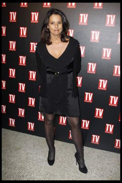 Faustine Bollaert opte pour une robe d'hiver de velours noir offrant un grand décolleté  Paris le 8 février 2012