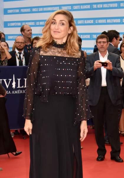 """un brin joueuse sur cette photo, on aime le regard rieur de Julie Gayet à la première de """"Infiltrator"""" à Deauville"""