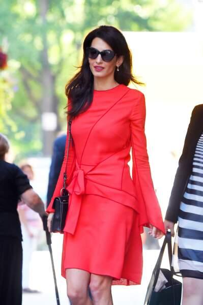 Toujours très chic, Amal Clooney porte souvent du rouge qui met en valeur sa silhouette et ses cheveux bruns