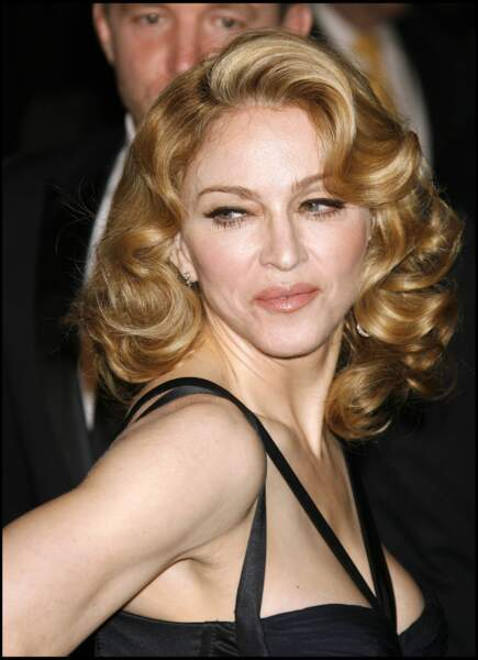Un carré long ondulé esprit rétro chic glam' pour Madonna à Los Angeles en 2007