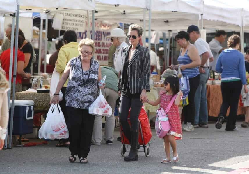 Laeticia Hallyday fait quelques courses au marché avec sa fille et Mamie Rock
