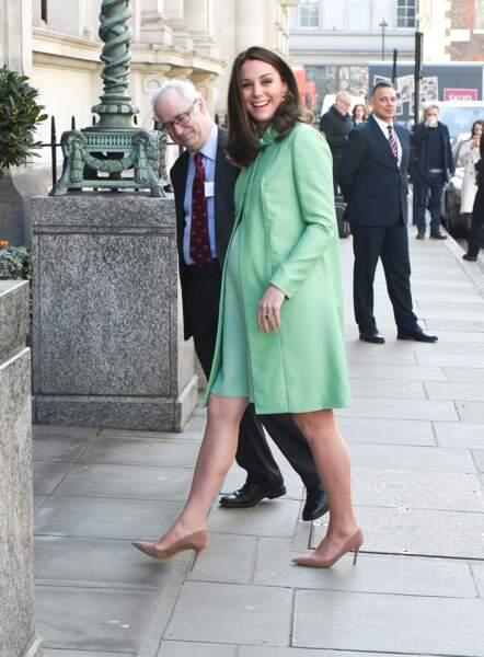 Kate Middleton radieuse à Londres en tenue vert pomme Jenny Packham