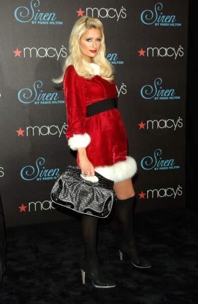 Paris Hilton prend la pose dans son costume de Mère Noël en 2009